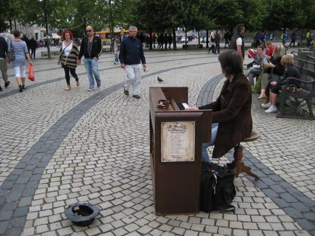 Vroni playing on Kongens Nytorv.