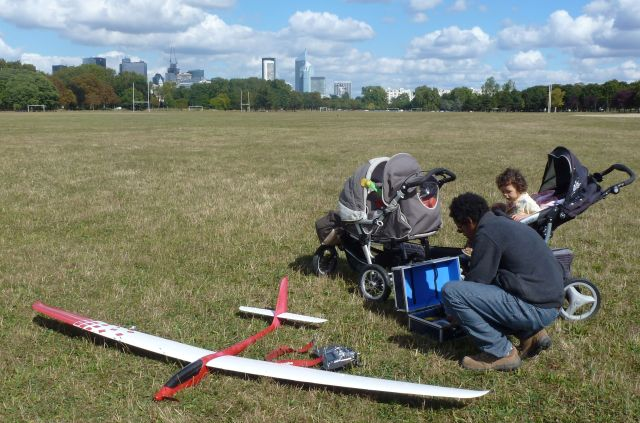 A model aircraft enthusiast on the western edge of the Bois de Boulogne. There were several others wearing business suits, but this chap was more casually dressed and had his daughter with him. You can see the skyscrapers of La Defense int he background.